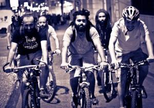 Thiago e Antônio de bike no movimento MobiliCidade JF
